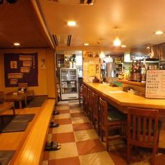 お店の人との会話も楽しめるカウンターはゆとりのある広さがうれしい☆テレビを見ながら一人飲みにも◎