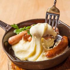 料理メニュー写真ソーセージ盛り合わせ のびーるアリゴチーズ添え