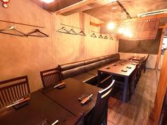 この写真のテーブル個室は、最大40名様まで貸切でご利用いただけます。会社の宴会や飲み会など様々なシーンでお使いください。自慢の刺身盛やおおいた和牛が入ったお得な各種食べ飲み放題プランをご用意しております。