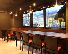 4名テーブルが3つ窓側に配置されたテーブル席。最大12名様まで対応できます。女子会などの少人数の宴会に便利。