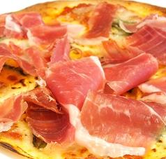 料理メニュー写真生ハム(ハモンセラーノ)とトマトソースのピッツァ