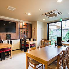 4名様のテーブル席近くは、中華の雰囲気が感じられるインテリアも◎料理だけではなく、店内の内装でも中華をお楽しみいただけます。