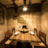 【4名様用個室】壁面や天井などにもヴィンテージ風の装飾を施したデザイナーズ個室となっております!