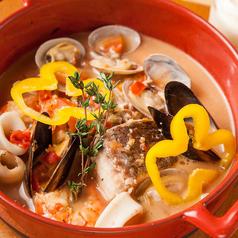 料理メニュー写真真鯛とムール貝のスープ仕立て アイオリ添え