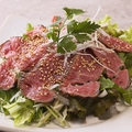 料理メニュー写真野菜たっぷり!国産牛ローストビーフサラダ仕立て