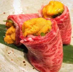 料理メニュー写真甘ウニの炙り牛トロ巻き