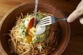 料理メニュー写真アボカドとカリカリポテトのサラダ