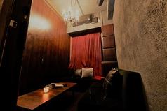 カップルにおすすめなL字ソファーの個室です。個室のご希望はご予約をお勧め致します