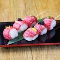 サーロイン手まり肉寿司串はSNSで話題に!!肉寿司を串でご提供させていただきます!見た目の美しさに加え味付けは串笑門のオリジナル調理で味付けしました◎インスタグラムにご投稿も是非お願いします♪