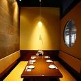 日本の匠の技を作品的に魅せるのではなく、もっとライトにもっとカジュアルに魅せるお部屋の数々!本格的な匠の技をほんの少しコミカルに空間の随所に散りばめ魅せることで肩肘を張らない、ライトでカジュアルな居心地を目指しました。和モダンな空間と食にまつわるアートでおしゃれな雰囲気の中楽しんでいただけます!