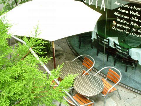 半地下でオープンカフェスタイルのテーブルもあります。テラスならペット同伴もOK♪