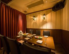 《ホールのテーブル席最大65名まで☆》ダイニングバーをイメージさせる光が差し込むテーブル席は貸切で最大65名までご収容可能です♪※立食時は最大80名まで可能です。