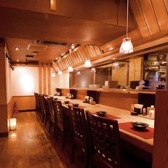 オープンキッチンを眺められるカウンター席。.当店料理人たちが振るうお料理の数々を目の前でご覧いただけます。