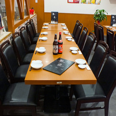 自由に組み合わせられるテーブル席。人数に合わせてご案内できます。