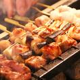 串うちを行い、店内で炭火で焼き上げておりますので、鶏肉本来のうまみと皮目のパリパリ感を味わえます。なかでも人気の串盛り合わせは、だれが食べても美味しかったと言っていただけるようにポピュラーな人気どころを揃えてお出ししてます