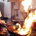迫力満点!活気と臨場感あふれる調理風景が自然と目をひきつけます。本場中国のシェフが振るう本格中華を、ぜひご賞味ください!