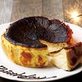 料理メニュー写真チーズ好きが喜ぶ「バスクチーズケーキ」でサプライズ♪