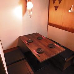 2名様~4名様向けのテーブル個室です。扉付きでプライベート空間を演出してくれます。ご家族、ご友人と大切なひとときをお過ごしください。また、お仕事帰りの飲み会や女子会、二次会などにぜひご利用ください◎ ※系列店の写真になります