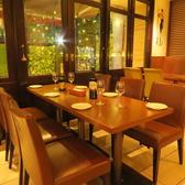 6名掛けのテーブル席。ゆったりした椅子で小パーティーをお楽しみ頂けますよ。