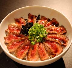 料理メニュー写真当店一番人気!ステーキ丼(サラダ・味噌汁・ドリンクバー付)