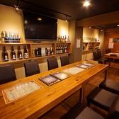大人数で座れるテーブル席です。少人数のご宴会等でもお使いいただけます。気の合う仲間とご一緒に、本格派の鉄板焼きを是非ご堪能ください。鉄板焼きによく合うワインやその他のお酒もご用意しておりますので、是非お申し付けください。