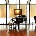 【オプション】最上級の演出を。お二人だけのためにピアニストの生演奏をお届けしますディナーの最後、デザートは場所を移してスタインウェイのグランドピアノのあるラウンジへ。デザートと共に、お二人だけのために手配したピアニストによる生演奏をお届けいたします。ご予約時にお申し付けください。30分8,000円