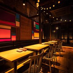 京都の赴きある雰囲気にカラフルな硝子やゆったりとしたソファー、お洒落な椅子など取り入れ、異国情緒も感じられる空間です。テーブルをくっつけ、一体感のある宴会や合コンも開いていただけます!