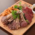 ボリューム満点の肉盛りプレート♪食欲をそそる逸品です!