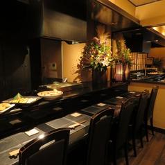 和食、しかも京風料理のお店には少し意外な印象のシックな黒いカウンター席が、店内の雰囲気に絶妙に溶け込んでいます。ジャズが流れる店内で、絶品の京風料理とお酒、そして会話をお楽しみください。
