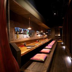 大人の雰囲気を味わえる、1階カウンター席では、銘酒を眺めながら、ゆったりお酒と焼き鳥をお召し上がりいただけます。