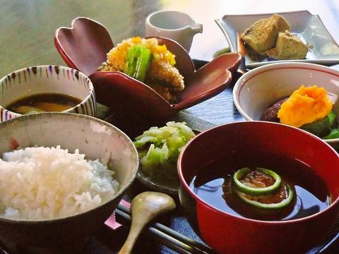 京都の伝統的な調理法で作られた手作り料理をリーズナブルな価格で味わえるお店。