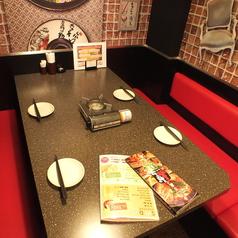 【くつろぎのテーブル席】家族とのお食事使いや合コン、デートなど様々なシーンに対応したお席を各種ご用意しております♪総席数53席完備!ご宴会最大24名様まで!お客様の人数・シーンに合わせご案内いたします!お席詳細・人数・ご予算など、お気軽にお問い合わせください♪