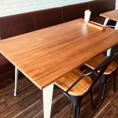 椅子とソファーの混合のテーブル席です。