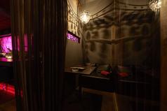 半個室のペアシートです。カーテンを閉めればほぼ個室に。