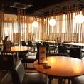 ボックスタイプのテーブル席。竹に囲まれたテーブル席で非日常でありながら落ち着ける和の空間です。大きなガラスに面した解放感いっぱいのお席でごゆっくりお食事をお楽しみください。150分飲み放題付きのコースは全6品4500円~