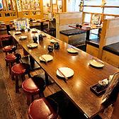 店内奥の10名様テーブル席はぐるりと一卓を囲む形でご宴会も楽しみやすいお席です。会社の部署飲み会やご友人同士集まっての飲み会などどのようなご宴会シーンにぴったりです!会話がしやすい配置ですので、宴会が盛り上がること間違いなし♪お席選びに迷ったらこちらがおススメです!
