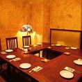 中世ヨーロッパ風のテーブル席。最大17名様までご利用いただけます。