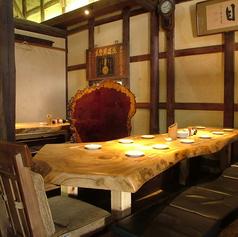 松の一枚板テーブルと蔵を改装した店内は落ち着いた雰囲気で大人の飲み会に最適です。