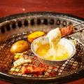 料理メニュー写真黄金じゃがいもとベーコンのチーズフォンデュ