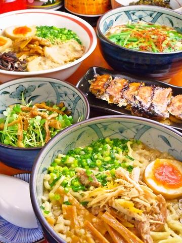 豚骨と醤油の両方が味わえるお店。鶏の旨みが濃厚な鶏そば茶漬けセットが人気。