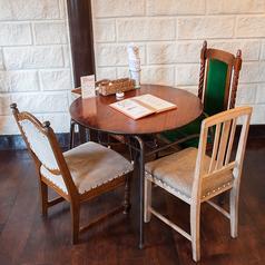 3名様でご利用いただけるテーブル席です