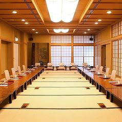 2階の座敷席は接待、ご法要、新年会等、70名様までご利用いただけます。日本独自の和の雰囲気を大切にし、高級感あふれる落ち着いた空間になっております。