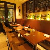 8名掛けのテーブル席。ご友人同士や同僚同士のちょっとした飲み会にもご利用頂けますよ。
