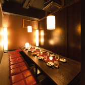 16名様からご利用出来る個室となっております。間接照明が優しく灯るお籠り個室は大人な雰囲気を醸し出してくれます♪ 落ち着いた個室席でこだわりある逸品料理をご堪能ください!完全プライベート空間で周りを気にせずまったりと♪ お問い合わせお待ちしておいます。(新宿東口/個室/居酒屋)