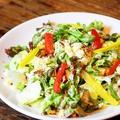 料理メニュー写真温卵とベーコンのシーザーサラダ