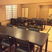 テーブルもご用意しております。20名様までご利用していただくことができます。創業明治40年、多くの歴史を積み上げてきた金泉の味をお愉しみください。