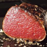 アンガス牛はやわらかい肉質が特徴的で、アンガス牛の出現により牛肉料理は煮込み料理からステーキのような焼き料理におススメです。肉質を柔らかくするために、牧草だけでなく大量の穀物飼料が必要となり、そうした努力の甲斐あり、美味しく柔らかいアンガス牛が流通する結果となっております。