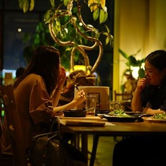 落ち着いた雰囲気中で過ごす女子会コースはいかがですか?テーブル席で仲間同士ワイワイ話すもよし!オーナーの調理する姿を眺めつつトークするもよし!オーナーと話しながらの食事を楽しむ女子会も◎
