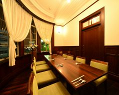 2階 6~10名様でご利用可能な個室※定数に満たない人数での貸切の場合、別途お部屋代を頂戴しております。(ディナー時10,000円、ランチ時5,000円)