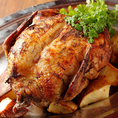使用している大山鶏は、シャモをベースに複数の品種を交配をし、新品種として生み出された高品質な品種に出来上がりました。一羽一羽を個々に空気で冷却することによって、鶏肉に水が吸収しないため、 ドリップによる栄養分や美味しさのロスが少なく、鶏肉本来の美味しさを届けることが出来ます。